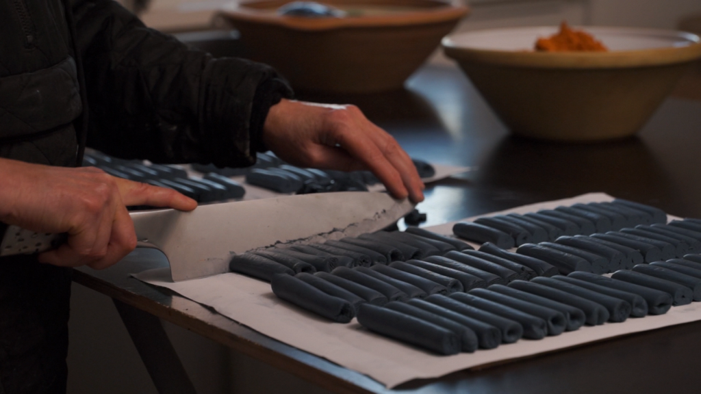 Blå kridt der skæres på Chalk Copenhagens værksted