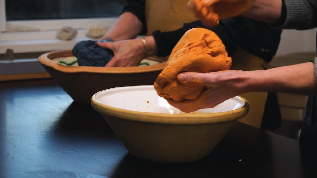 BPastelmasse i naturlige farver æltes i hånden