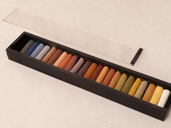 24 håndlavede pastelkridt i lang sort æske med transparent låg