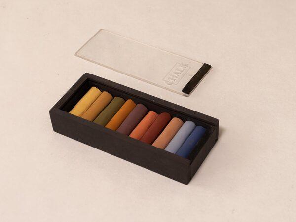 Håndlavede pastelkridt i sort æske med transparent låg