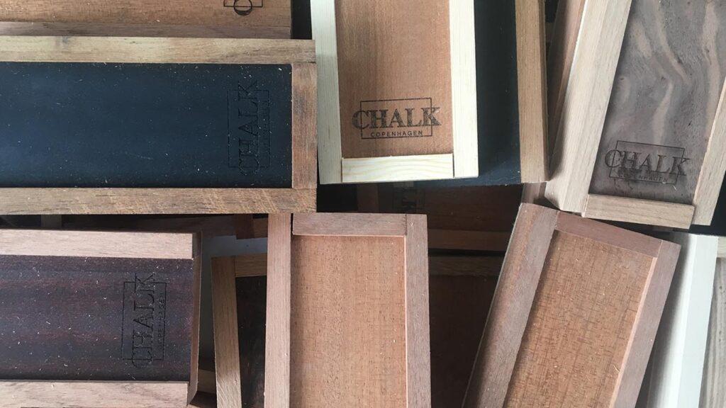 Træbokse til pastelkridt fremstillet af genanvendt træ
