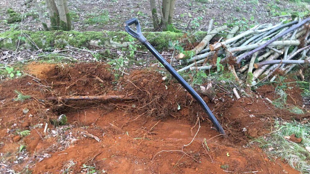 Den naturlige okker graves op af jorden med en spade