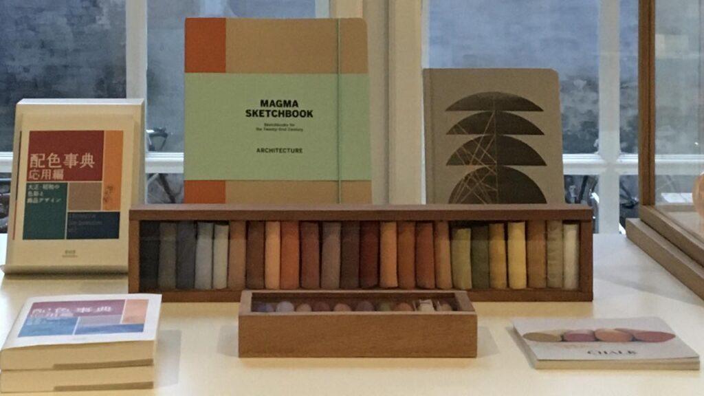 Pastelkridt hos museumsbutikker og hos forhandlere af design- og tegneartikler