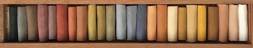 24 håndlavede pastelkridt i naturlige farver i æske af mahogni