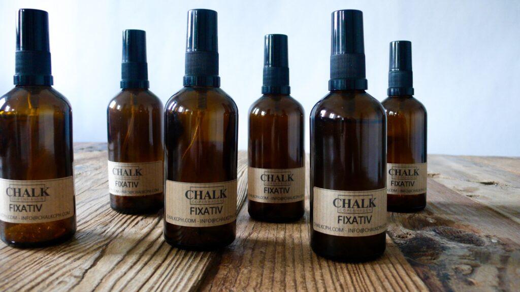 Brune glasflasker med fixativ fremstillet af naturlige materialer